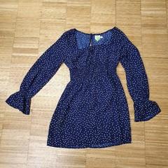 Krátké šaty s dlouhým rukávem